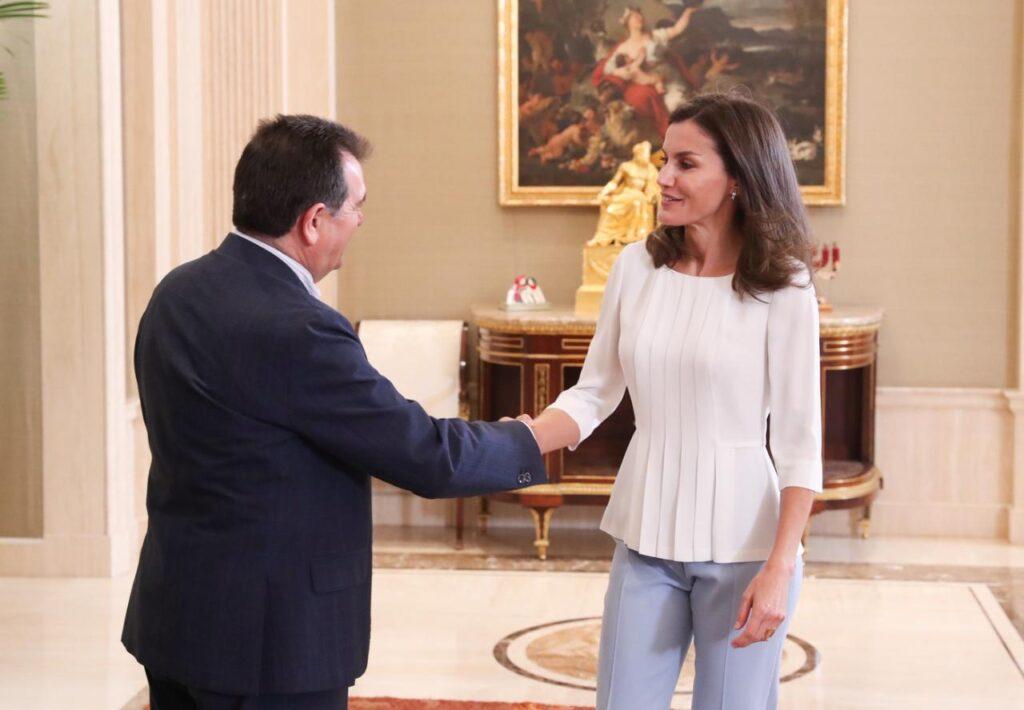 Su Majestad la Reina recibe el saludo del presidente de la Asociación Española de Editoriales de Publicaciones Periódicas, Arsenio Escolar Ramos © Casa de S.M. el Rey
