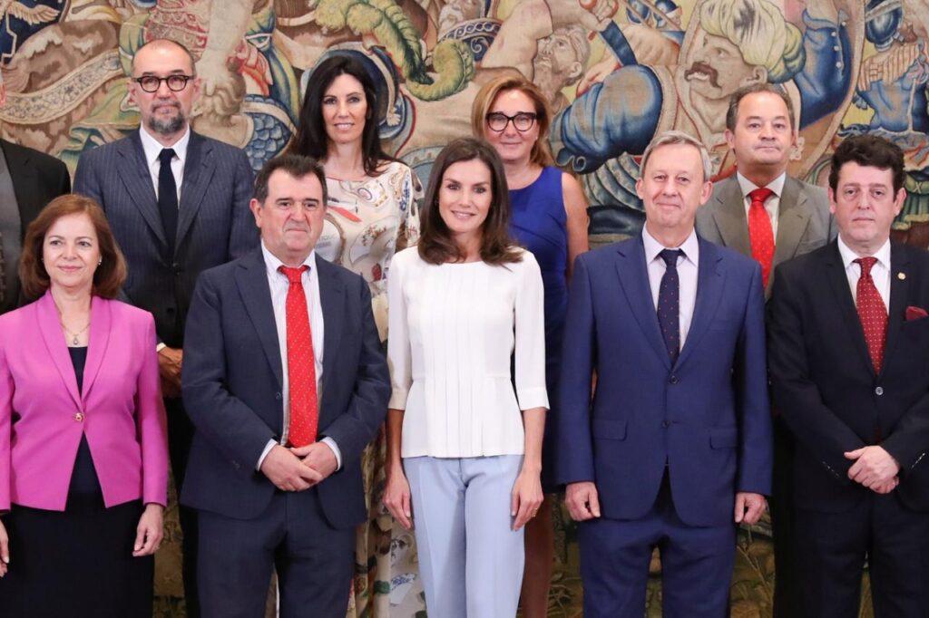 Doña Letizia junto a los representantes de la Asociación Española de Editoriales de Publicaciones Periódicas, asistentes a la audiencia © Casa de S.M. el Rey