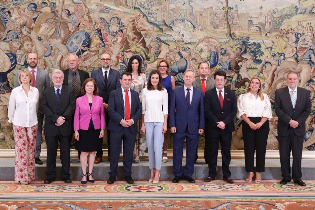 Doña Letizia junto a los representantes de la Asociación Española de Editoriales de Publicaciones Periódicas © Casa de S.M. el Rey