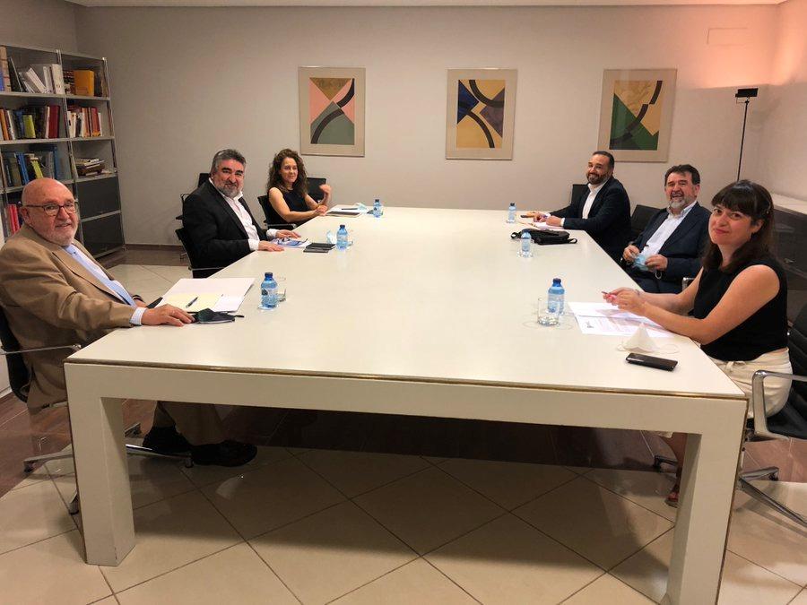Momento de la reunión mantenida con el ministro de Cultura que estuvo acompañado en la reunión por el secretario general de Cultura, Javier García, y la directora general del Libro y Fomento de la lectura, María José Gálvez.