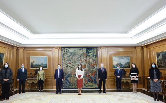 Su Majestad la Reina junto a la representación de la Asociación Española de Editoriales de Publicaciones Periódicas (AEEPP)
